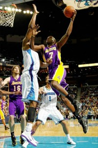 Lamar Odom lays up two against Hornets.