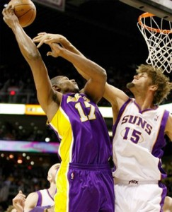 Andrew Bynum throws in two against Suns.