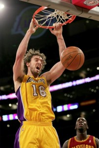Pau Gasol slams home two against Cavs.