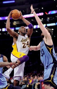 Kobe Bryant drives to basket against Grizzlies.