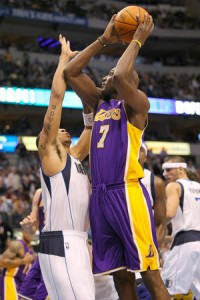 Lamar Odom goes up for two against Mavericks.