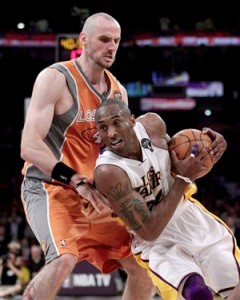 Kobe Bryant drives to basket against Suns.