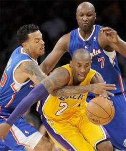 Kobe Bryant battles through double-team against Clippers.